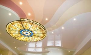 Красивый вариант потолка в гостиной