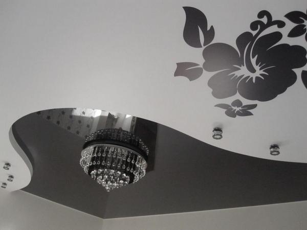 Контрастный черно-белый натяжной потолок с рисунком