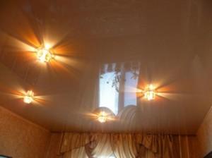 Глянцевый потолок коричневого цвета