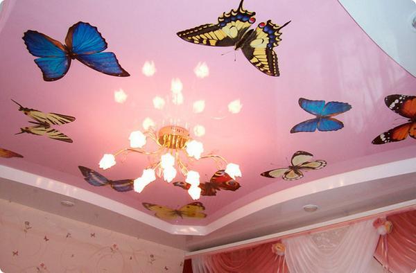 Рисунок бабочек на потолке