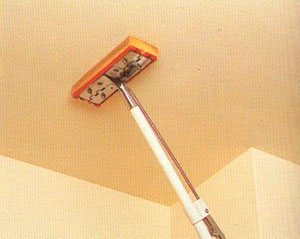 Очистка потолка ворсистой тканью