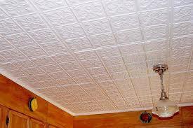 Белая плитка на потолке