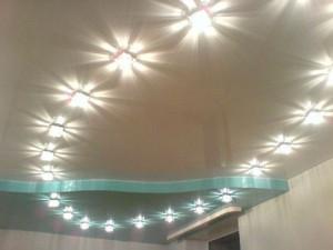 Точечное освещение на потолке