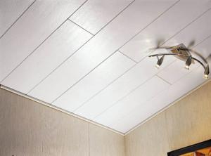 На потолке ПВХ панели