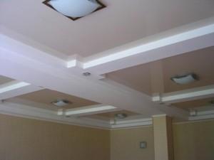 Потолок отделан гипсокартоном