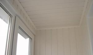 Белые панельные стены и потолок