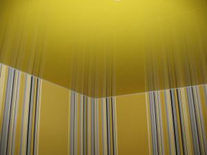 Глянцевые натяжные потолки цвета солнца