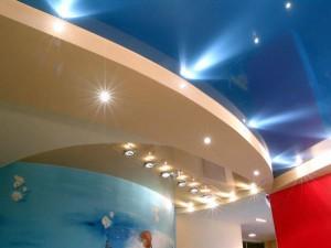 Многоуровневый глянцевый натяжнойо потолок