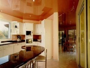 Потолок может подчеркнуть чистоту на кухне