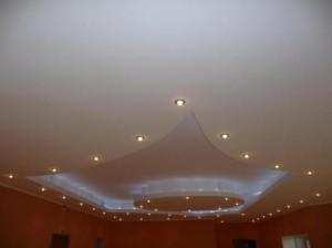 Многоуровневый потолок в гостиной