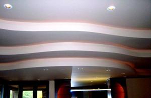 Потолок многоуровневый в зале