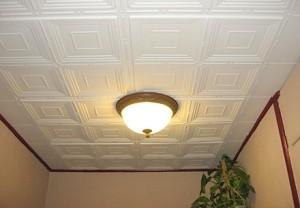 Клеем плитку на потолок