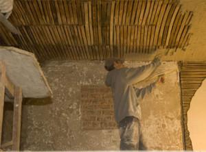 Штукатурим потолок из деревянных перекладин