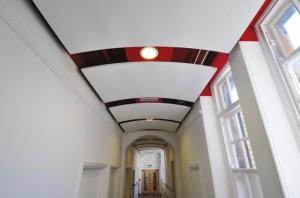 Люстры на потолке