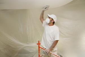 При побелке потолка лучше пользоваться респиратором