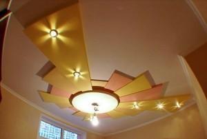 Фигуры с углами желтого цвета на потолке