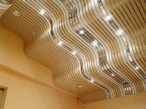 Потолок выполнен в виде волн