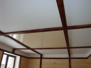 Современный дизайн деревянного потолка