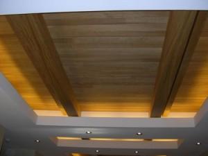 Гипсокартон, дерево и освещение на потолке