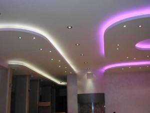 Розовая и белая подсветка в сочетании с точечным освещением