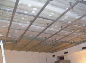 Устанавка звукоизоляции под натяжной потолок