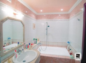 Розовый потолок у ванной
