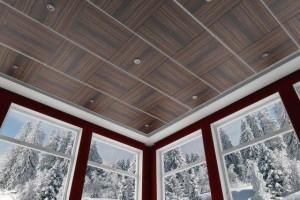 Белый плинтус с коричневыми панелями