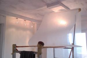 Наклеить стеклохолст на потолок