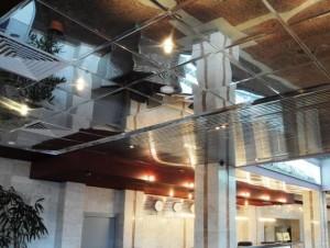 Квадратные, зеркальные панели на потолке