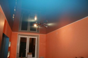 Синий глянец на потолке