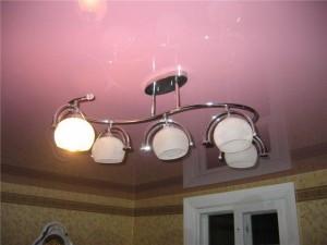 Как подвесить люстру к потолку из натяжного полотна?