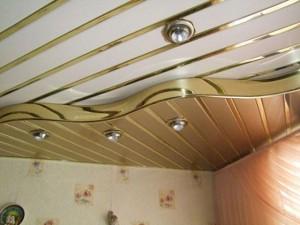 Реечный потолок в комнате