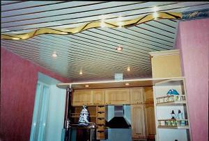Практичный кухонный потолок