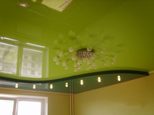 Зеленое глянцевое полотно на потолке