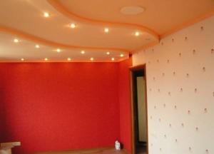 Гипсокартоновый потолок персикового цвета