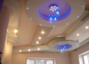 Геометрические фигуры с точечным освещением на потолке