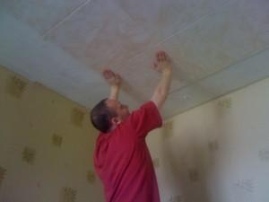Готовим потолок и производим наклейку