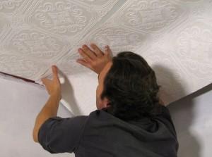Как поклеить обои на потолок самостоятельно?