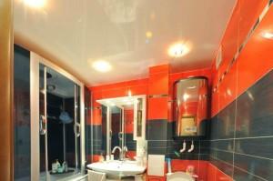 Зеркальный потолок у ванной
