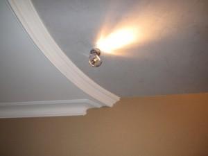 Сочетание светильников с отделкой потолка