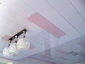 Светильник на потолке с пластиковых панелей