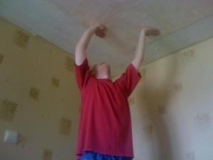 Клеим плитку из пенопласта на потолок