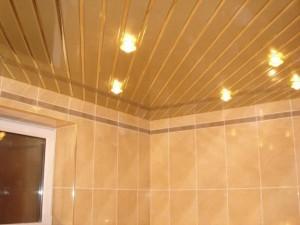 Влага не страшна, если в ванной установлены реечные потолки