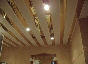 Реечный потолок со вставками