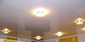 Точечные светильники на глянцевом потолке