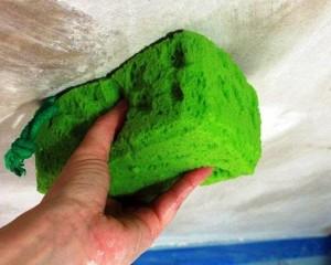 Мытье потолка губкой