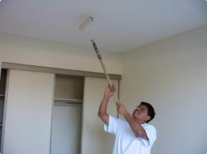 Можно использовать малярный валик с длиной ручкой и красить потолок
