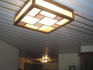 Квадратная люстра на реечном потолке