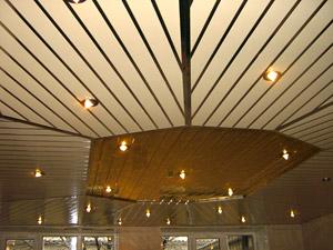 Рейки на потолке выложены в разных направлениях