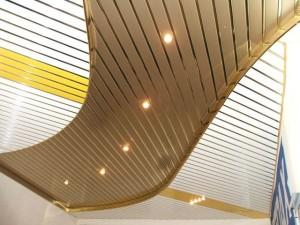 Разноцветный реечный потолок